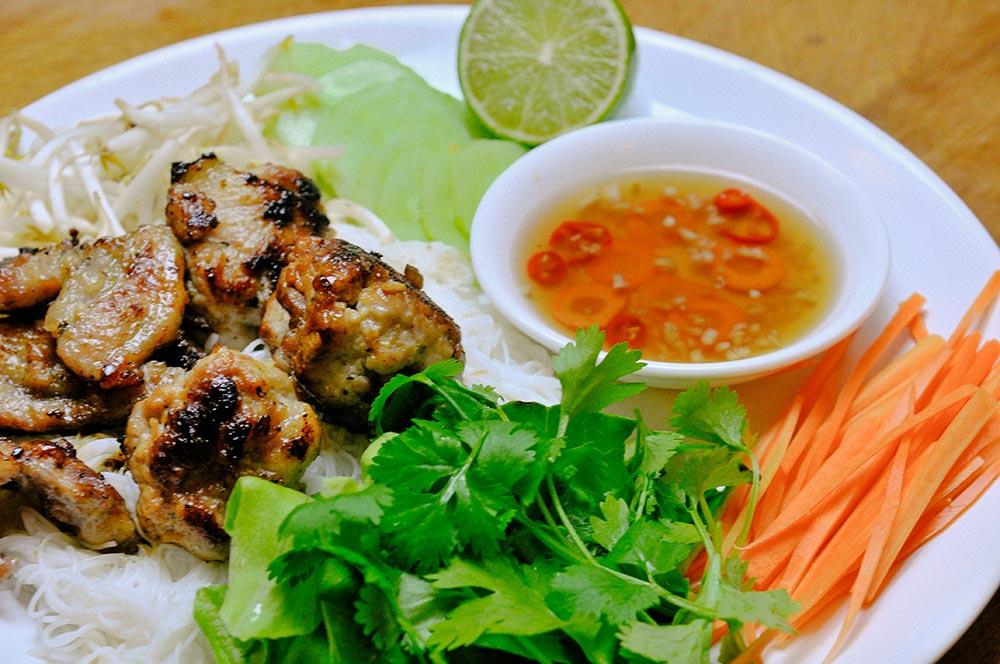 Vermicelles de riz et porc grillé de Hanoï (Bún Chả Hà Nội)